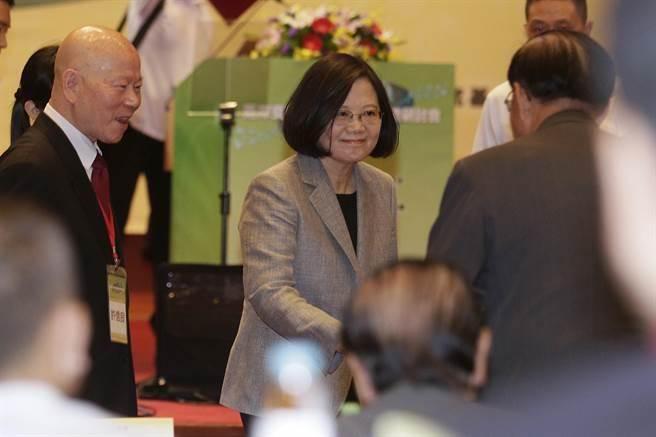 蔡英文總統今早出席「兩岸交流30年回顧與前瞻」研討會致開幕詞。(方濬哲攝)