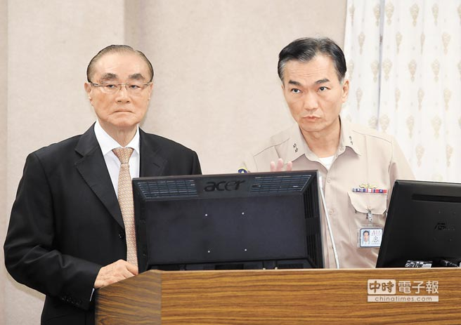 國防部長馮世寬(左)與海軍參謀長李宗孝(右)25日在立法院答覆有關獵雷艦案相關事宜。(姚志平攝)