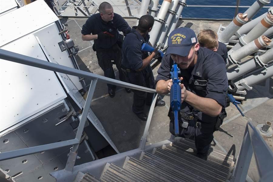 士兵在美國霍華德號驅逐艦上進行登船、搜索等訓練。(圖取自美國海軍網站)