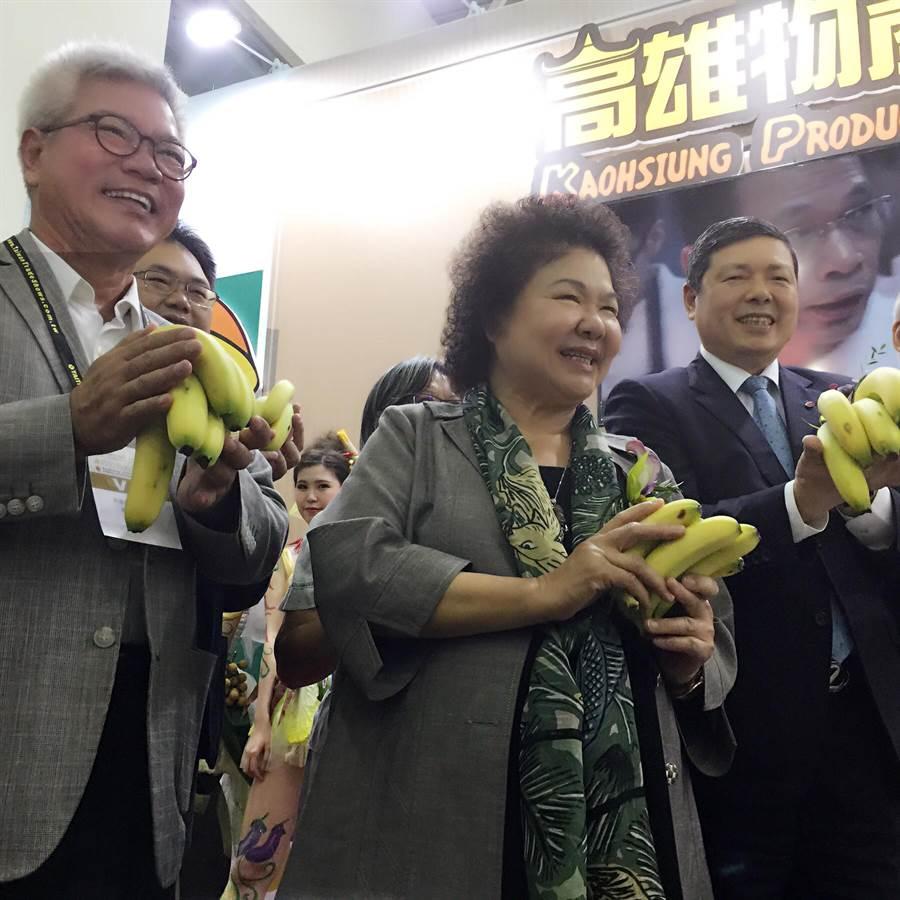 高雄食品展開幕 陳菊市長主持高雄物產館開幕,邀貴賓一起大力推薦旗山香蕉(王雅芬/攝)