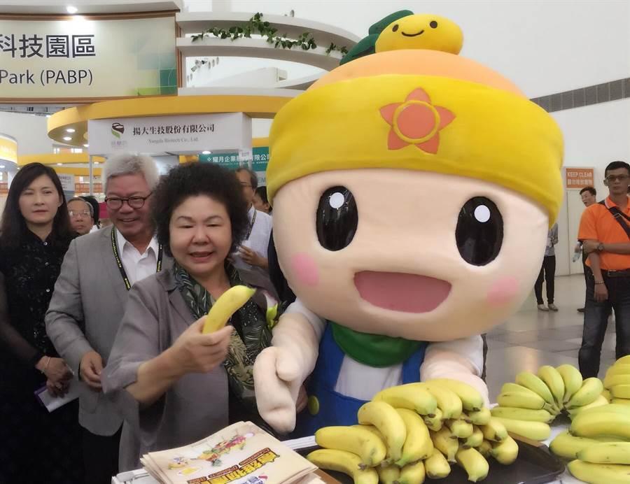 高雄物產館推出「蕉個朋友」、「與健康相交」的試吃活動,限量500份,推廣一天一蕉。(王雅芬/攝)