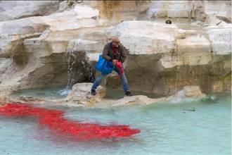 羅馬許願泉被染紅  藝術家抗議腐敗
