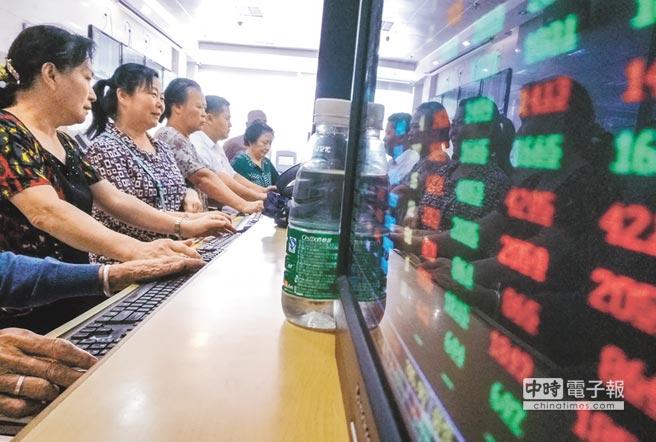 10月25日,海口某證券公司營業部的股民關注大盤走勢。(中新社)