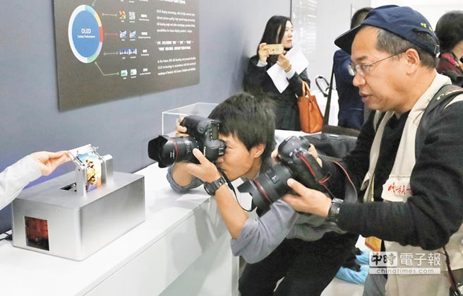 10月13日,媒體記者參訪京東方柔性屏產品。(中新社)