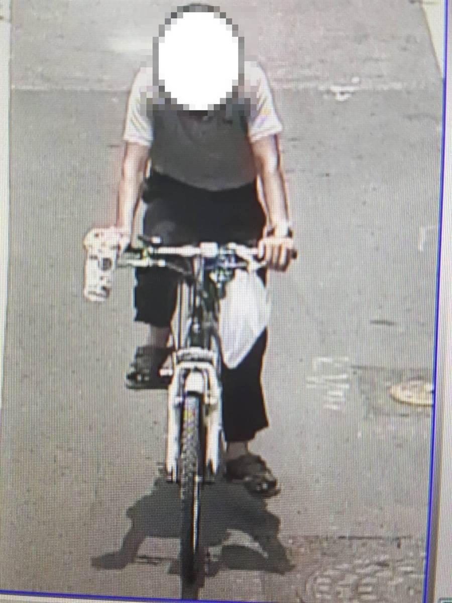40歲的洪姓男子騎著腳踏車四處找尋詐騙對象,謊稱自己是水果中盤商,急需錢付貨款,每次得手數千到數萬元不等。(翻攝照片)