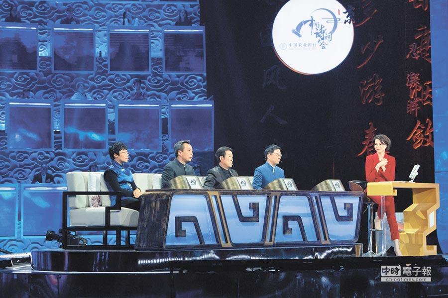 1月24日,主持人董卿(右1)與嘉賓在《中國詩詞大會》第2季錄製現場。(新華社資料照片)