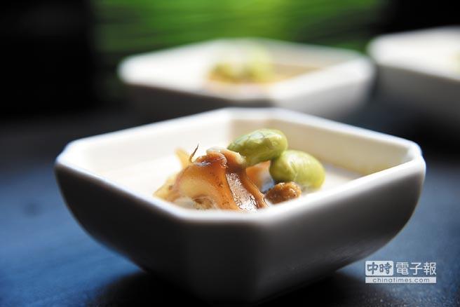 迷你海鮮盅的底層是用豌豆泥和鮮奶油作的布丁,上層搭配的是用橄欖油和大蒜與鳳螺內臟作醬油封的鳳螺與毛豆,味道甚好。圖/姚舜