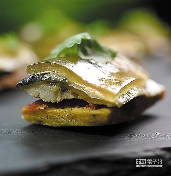 這菜由上往下是高湯晶凍、煙燻秋刀魚、濃縮的番茄醬,底層的塔皮則是用胡椒提味的餅乾,即便是Buffet檯上的菜式,藤本義章做來亦不含糊。圖/姚舜