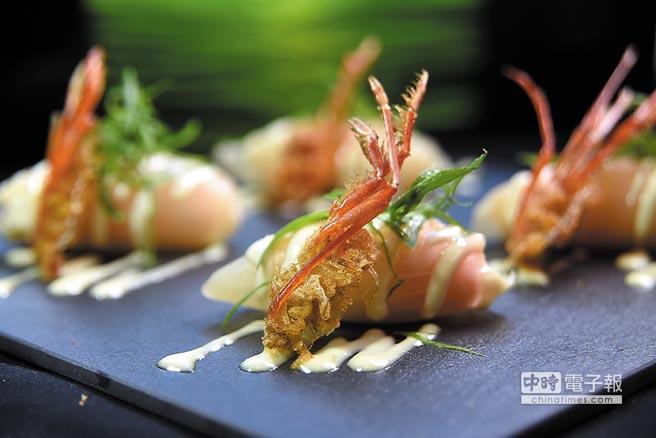 〈洋蔥鮮蝦餃〉是將洋蔥以低溫烤出甜味後,再包裹用高湯煮後的鮮蝦與當季柿子作餡,並用芥末美乃滋提味,再搭配炸酥的蝦頭一起呈盤。圖/姚舜