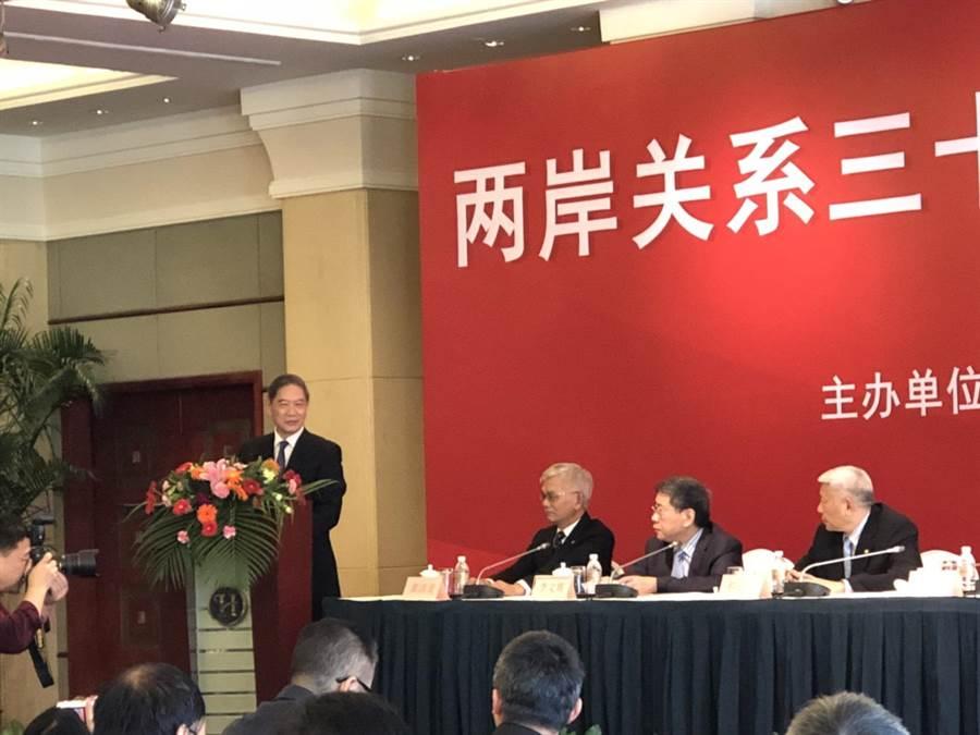 今年是兩岸關係卅週年,旺報與上海東亞研究所在上海共同舉辦「兩岸關係卅年回顧與展望研討會」,邀請陸國台辦主任張志軍(從左至右)、旺報社長黃清龍、上海市台辦主任李文輝、旺旺中時媒體集團董事長蔡衍明等重量級人士出席。(林信憲攝)