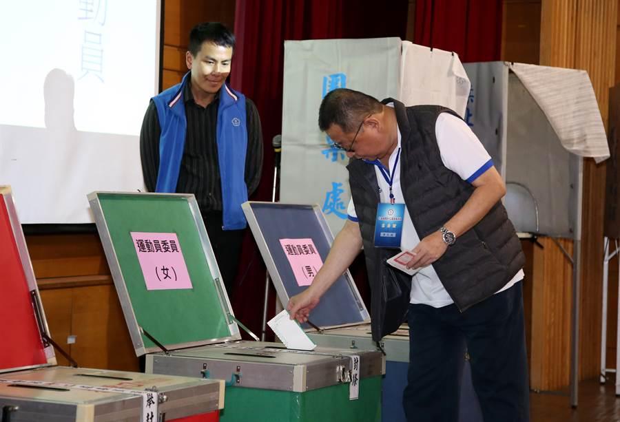 中華奧會榮譽主席、中華田協理事長蔡辰威在奧會委員選舉中投下一票。(李弘斌攝)