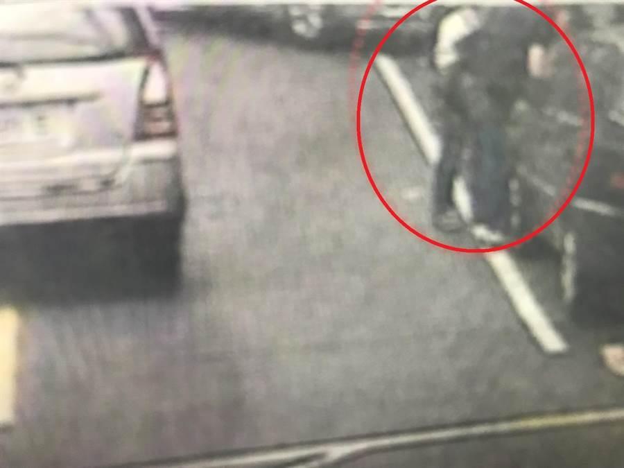 警方獲報後趁著車手赴約取款時,將他一舉逮獲。(陳心瑜翻攝)