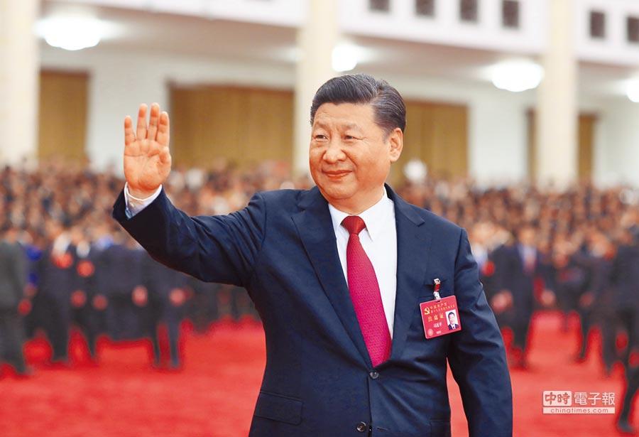 10月25日,中共中央總書記習近平在北京人民大會堂親切會見十九大黨代表、特邀代表和列席人員。(新華社)