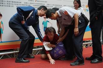 婦人亂入身障日記者會 下跪控訴捲入醫糾