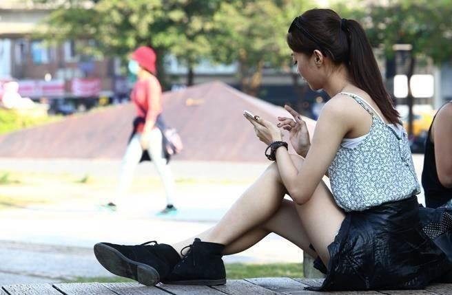 氣象專家吳德榮表示,明天冷空氣逐漸減弱,各地白天高溫如夏,氣溫恐飆升至30度,有「秋老虎」的味道。(本報系資料照)