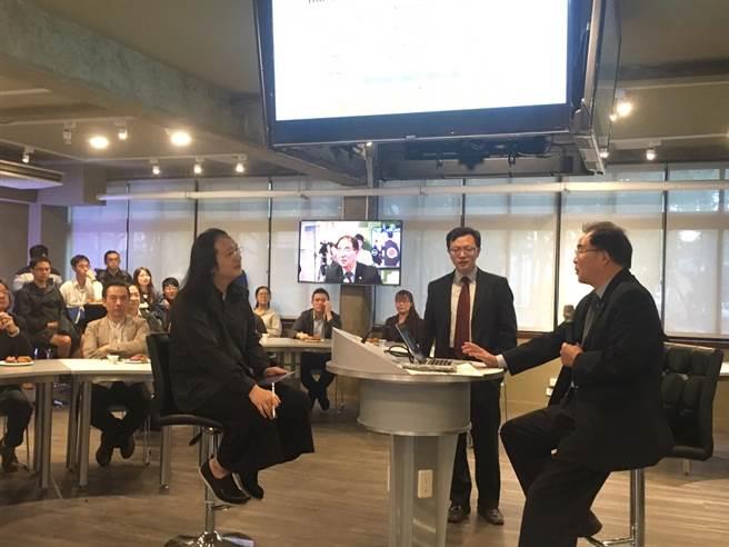 東海大學PBL教室30日正式揭幕啟用,特別請來行政院政務委員唐鳳(前排左一)和師生進行數位創新座談。(馮惠宜攝)