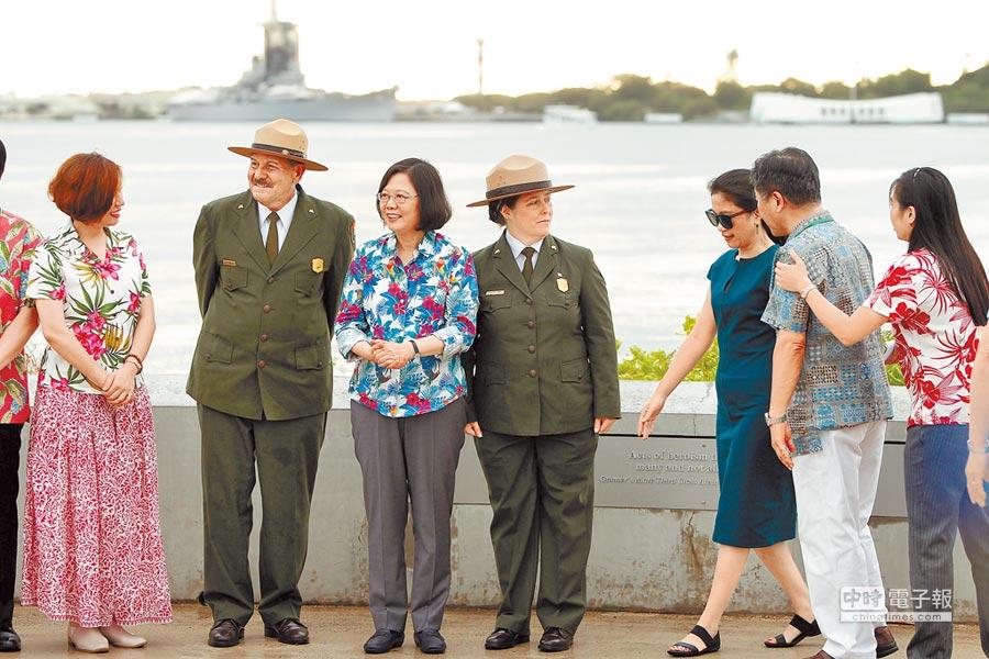 蔡英文赴珍珠港參觀亞利桑那號戰艦紀念館,聽取導覽人員解說,隨後與大家合影。(路透)