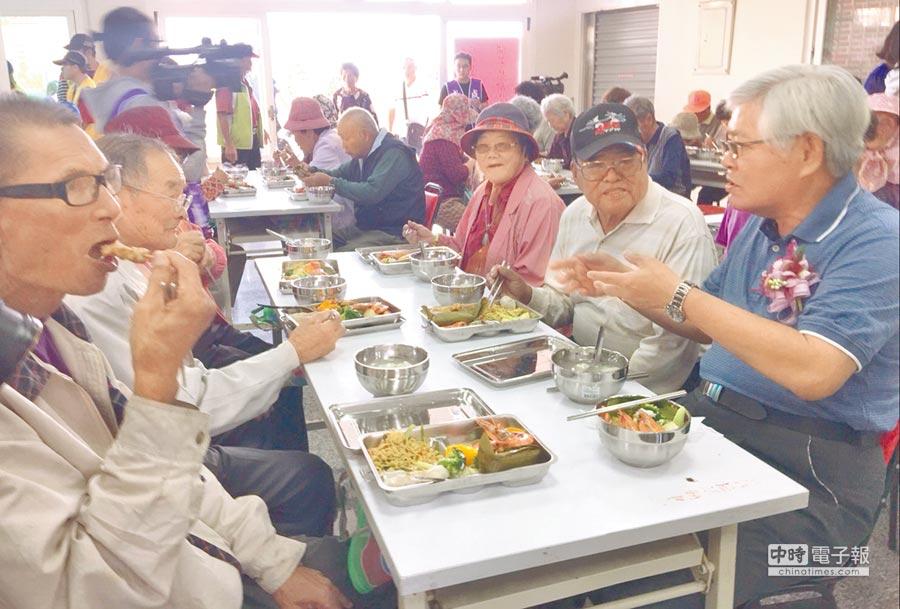 口湖成龍長青食堂開張,雲林縣長李進勇(右)和阿公阿嬤們共餐。(許素惠攝)