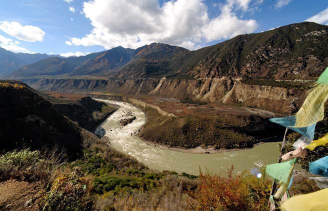 傳中國將打造長達1,000公里的引水隧道,從西藏雅魯藏布江(見圖)引水至新疆,把新疆變成富饒的東方加州。(圖/新華社)
