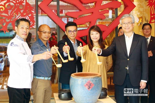 有春茶館正式營運,現場吹起濃濃復古風; 董事長陳沛瀅(右二)及總經理陳懿翔(中) 與來賓合影。圖/業者提供
