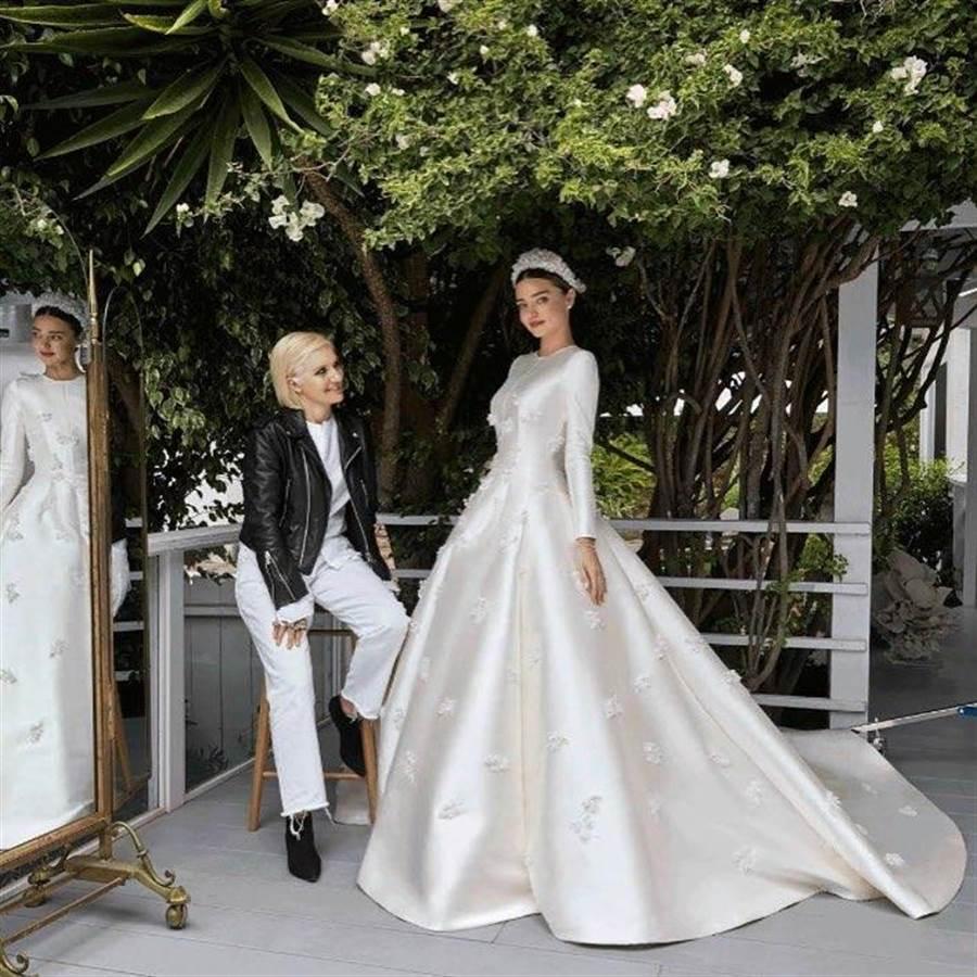 梅開二度的米蘭達可兒也選穿DIOR白紗,圖為DIOR米蘭達可兒(右)與DIOR女裝創意總監Maria Grazia Chiuri合影。(翻攝自米蘭達可兒IG)