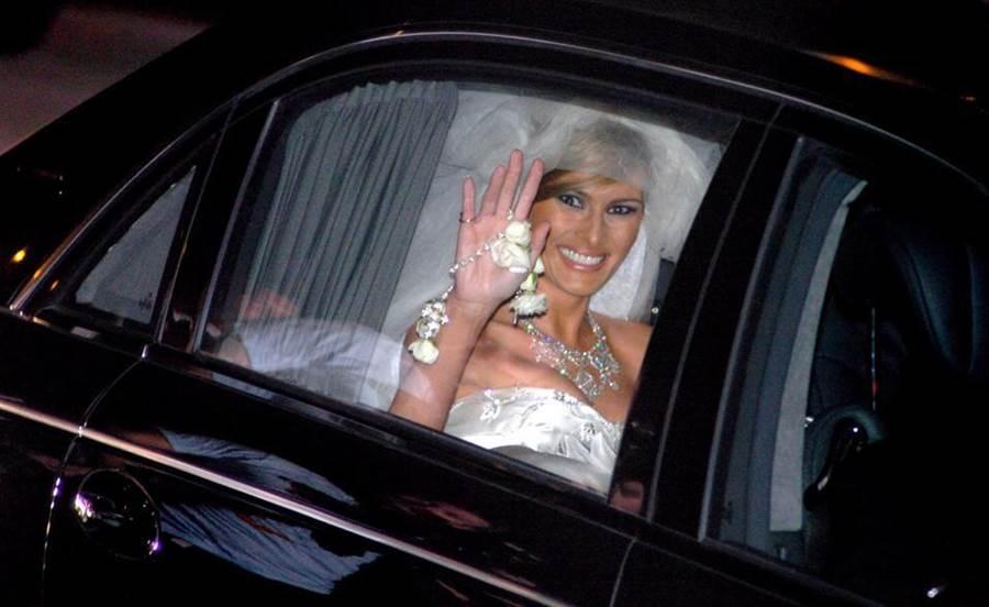 美國第一夫人梅蘭妮亞當年婚禮上的DIOR婚紗,據外媒粗估就至少超過10萬元美金(約新台幣300萬元),奢華程度令人驚嘆。(翻攝自《PALMBEACHPOST》官網)