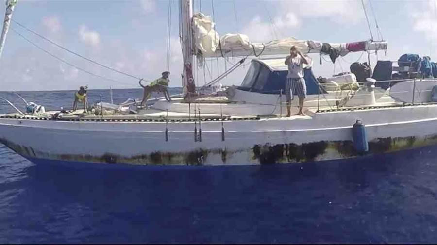 宣稱在海上漂流數月才獲救的兩名美國籍女性之一阿帕爾,在船上向搜救人員拋飛吻、感謝救援。(圖\美國海軍)
