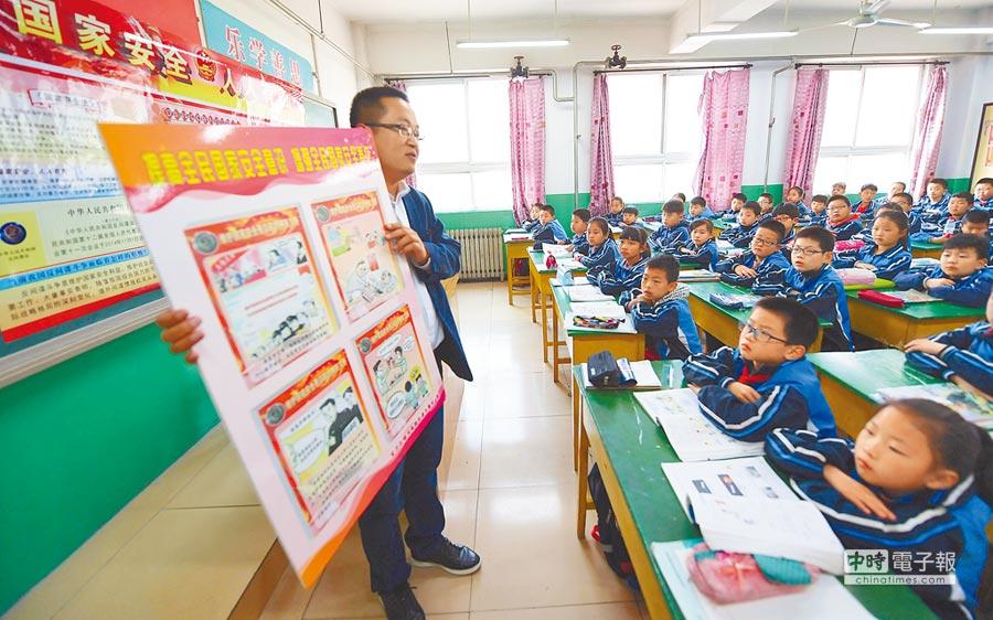 4月13日,一名律師在河北為小學生講解法律知識。(新華社)