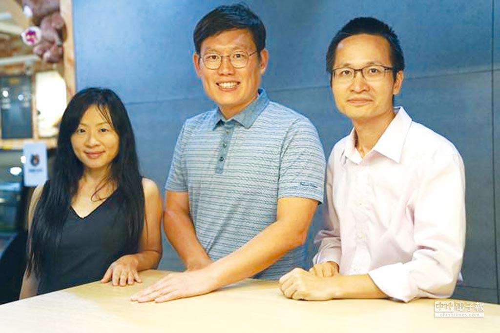 左起嚮網科技共同創辦人高儷玲、LINE 全球事業拓展部資深副總裁姜玄玭、嚮網科技共同創辦人陳慶蔚。圖/嚮網科技提供