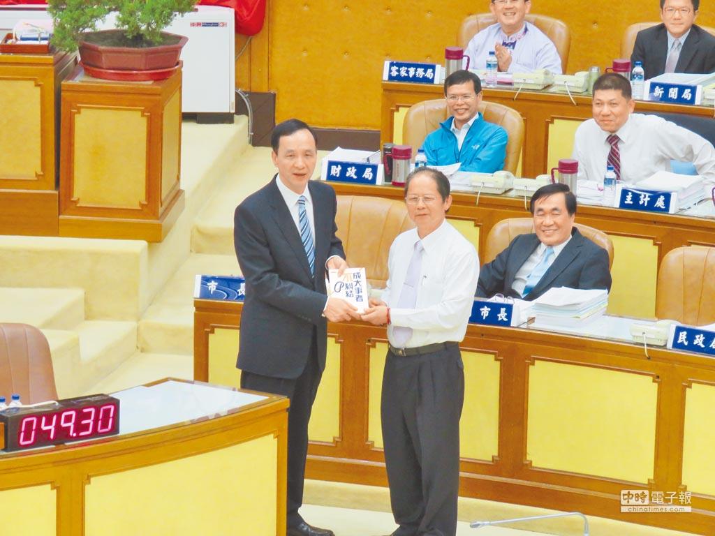 新北市議員蘇有仁(右)致贈市長朱立倫(左)《成大事者不糾結》一書。(葉書宏攝)