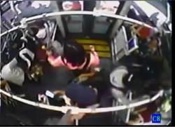 搭公車女友被人撞 抓狂男掏電擊棒嗆聲