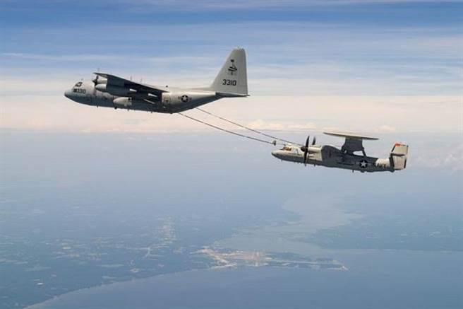 E-2D先進預警機終於得到空中加油能力,使E-2D的預警時間可以拉長,飛行距離也可以更遠。(圖/美國海軍)