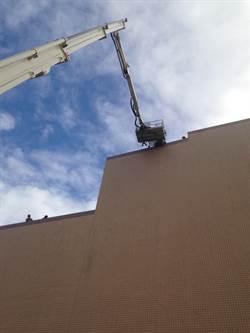 金門工人高樓骨折  雲梯車即刻後援