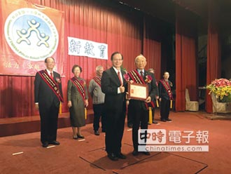 東方設計大學董座李福登 獲頒傑出教育事業家