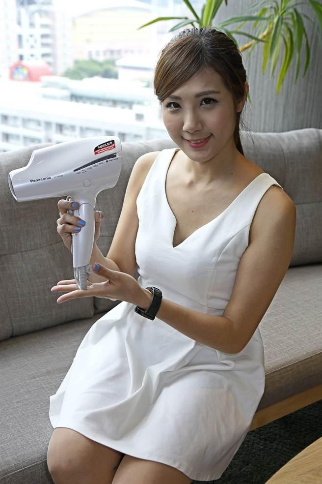 新光三越台北天母店周慶期間,貴賓卡友當日累滿15萬元送Panasonic國際牌頂級奈米負離子吹風機EH-NA98。(張鎧乙攝)