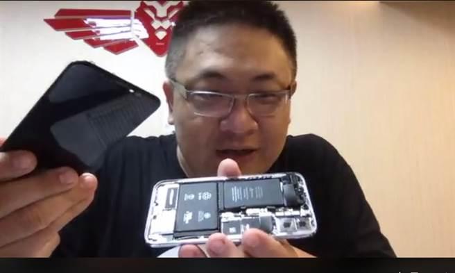 手機達人阿倫在臉書粉絲團直播拆iX。(翻攝自《Fixiphone-阿倫的愛瘋修》粉絲團)
