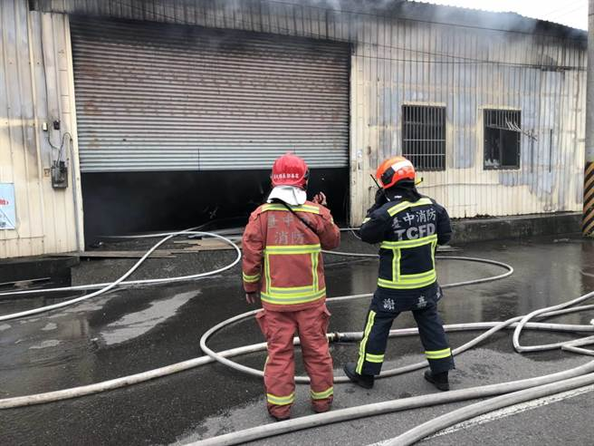 南屯區一家專洗阿兵哥衣物的洗衣工廠下午突然傳出火警,1人遭嗆傷。(張妍溱翻攝)