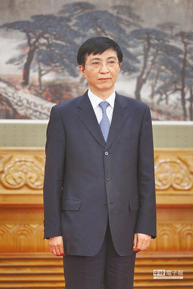 10月25日,王滬寧當選中共中央政治局常委。(中新社)