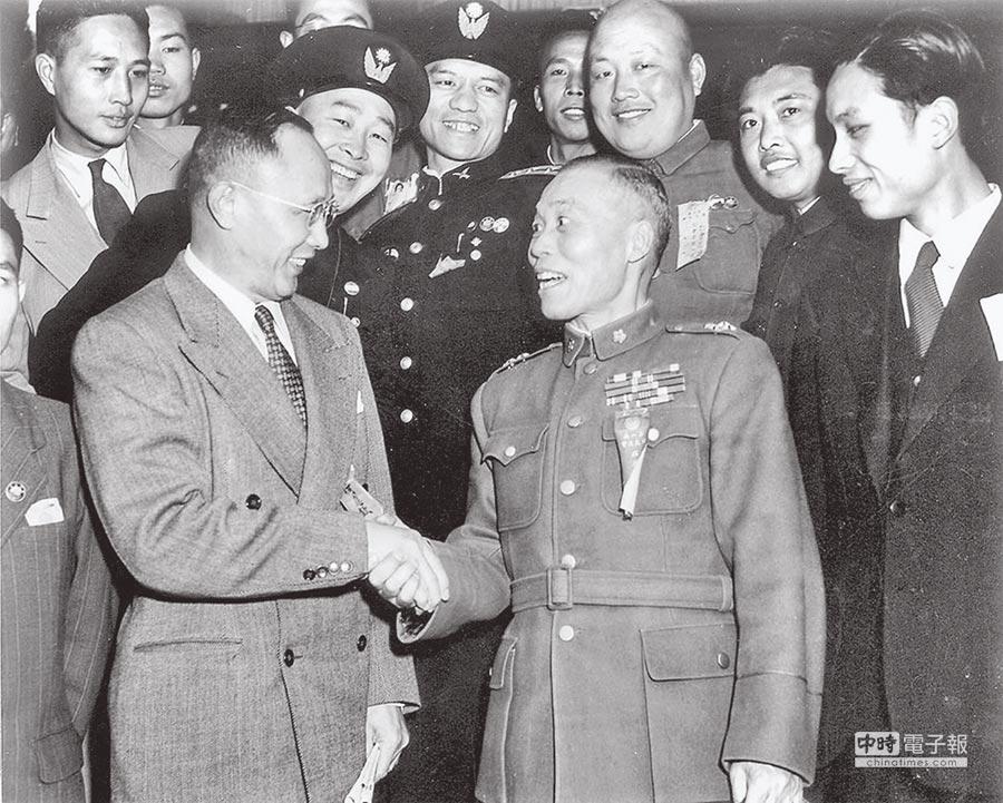 何應欽(左)因西安事變主張轟炸,而與後來當選副總統的李宗仁(中右)同樣遭到打壓。(本報系資料照片)