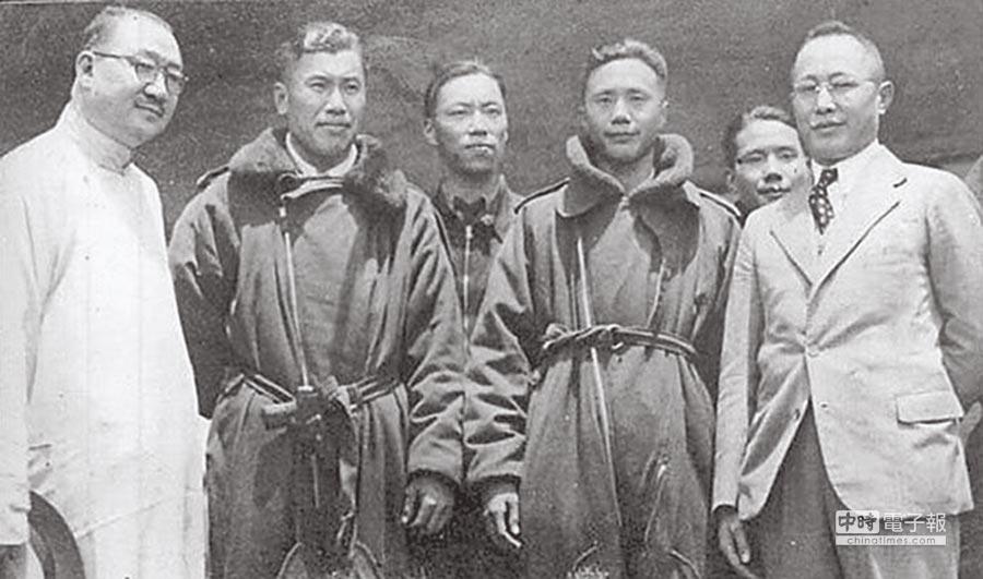 孔祥熙(左一)、何應欽(右一)到漢口王家墩機場迎接遠征軍機組人員凱旋歸來。(摘自網路)