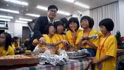 陳其邁到教會與兒童共度感恩節 吃火雞大餐