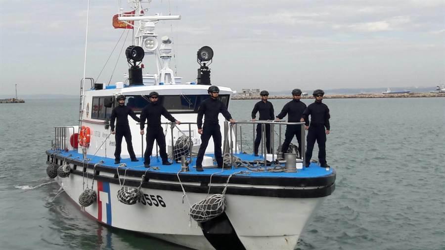 海巡署特勤人員跨海支援,目標鎖定越界作業的大陸漁船。(金門海巡隊提供)