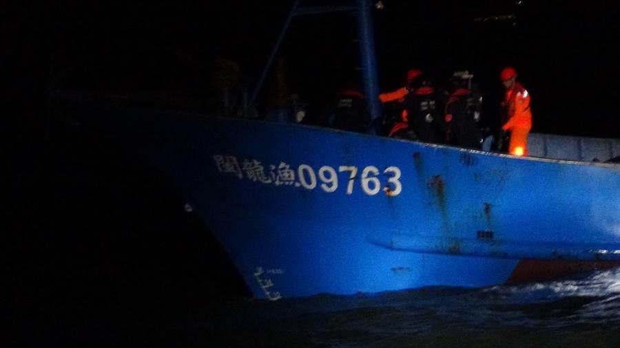 越界作業陸船和船員留置調查中,面臨新台幣30萬元起跳的罰款。(金門海巡隊提供)