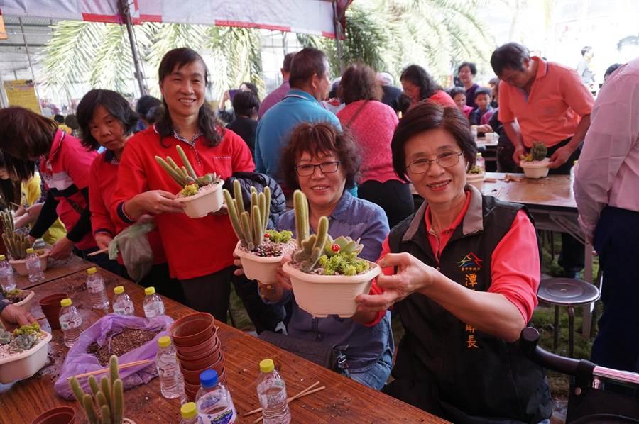 社區長輩開心展示自己DIY的多肉盆栽。(王文吉攝)