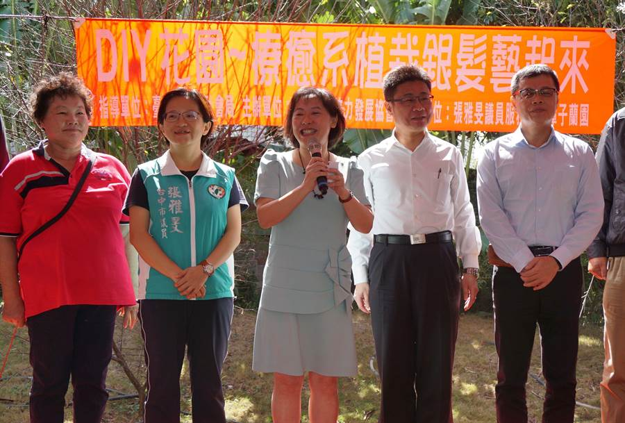 台中市長夫人廖婉如(左三)到場參與手作多肉盆栽活動。(王文吉攝)