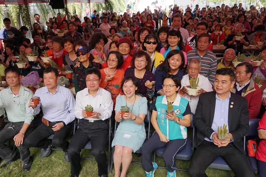 太需要被療癒!手作多肉盆栽有150人預先報名,現場湧入500人。(王文吉攝)