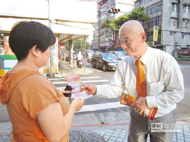 原本從事房仲業的王浩(右)雖然聽不到也不能說話,但他用微笑、誠心獲得客戶信賴,未料,竟淪為搶匪。(本報資料照片)