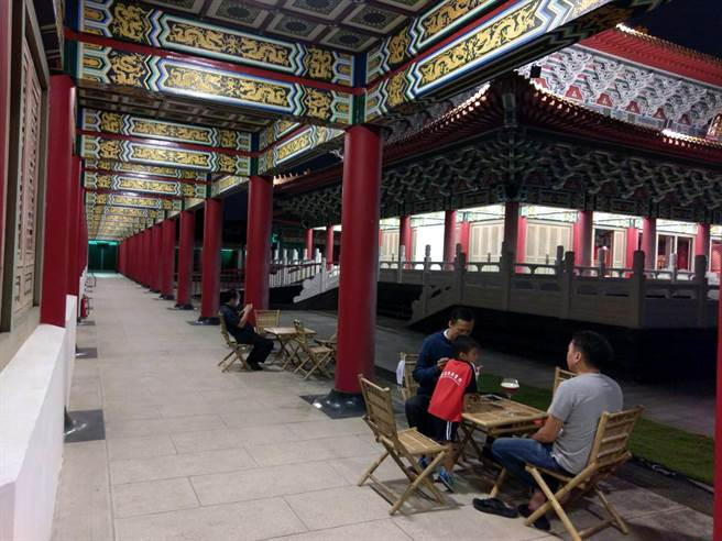 左營孔廟大成殿西廡飄咖啡香,在古色古香的傳統建物裡,啜一口咖啡賞景,別有一番滋味。(高史博館提供)