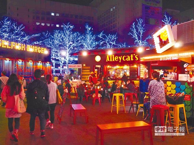 台北COMMUNE A7為全台首創貨櫃美食市集,店家運用貨櫃、餐車、啤酒桶和燈箱打造門面,全區規畫成歐式街頭風,成為北市超夯打卡景點。(陳燕珩攝)
