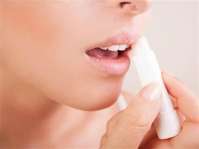 许多人涂抹护唇膏习惯由左至右,医师指出应随着唇纹上下涂抹才是正确的。(本报系资料照)